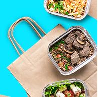 Minimize o risco de contaminação da embalagem esvaziando o conteúdo em um prato limpo, descartando a embalagem em um saco de lixo e lavando bem as mãos antes de comer.