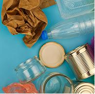 Ao receber seu pedido, descarte as sacolas plásticas, passe álcool em gel em embalagens que serão armazenadas e jogue fora as que não são <br>necessárias, como as caixas que envolvem tubos de pasta de dente, entre outros.