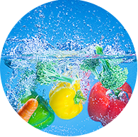 O ideal é lavar todos os alimentos em um mesmo dia numa solução clorada, feita com uma colher de sopa de água sanitária para cada litro de água, retirando os vestígios da solução com um enxágue com bastante água.